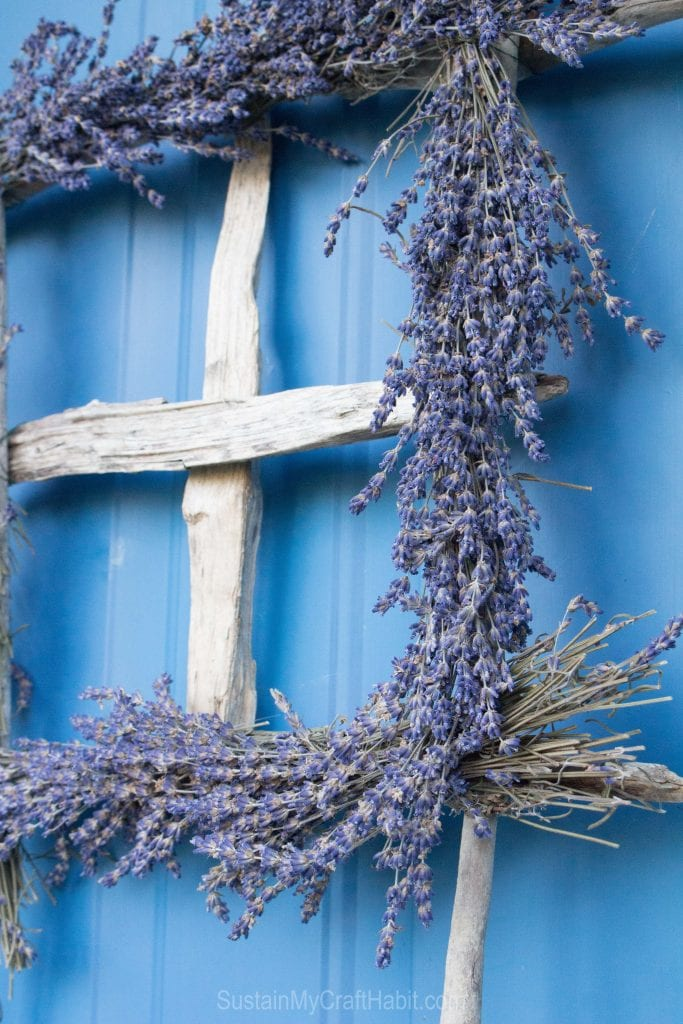 A square lavender wreath with driftwood plus over a dozen DIY project ideas using beach wood.