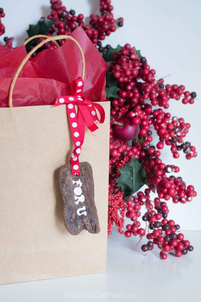 Driftwood bark gift tags plus over a dozen other driftwood crafts to make this summer.
