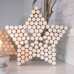 How to make a star with wine corks. Add a little paint and glitter for a beautiful Christmas or year-round decor idea!