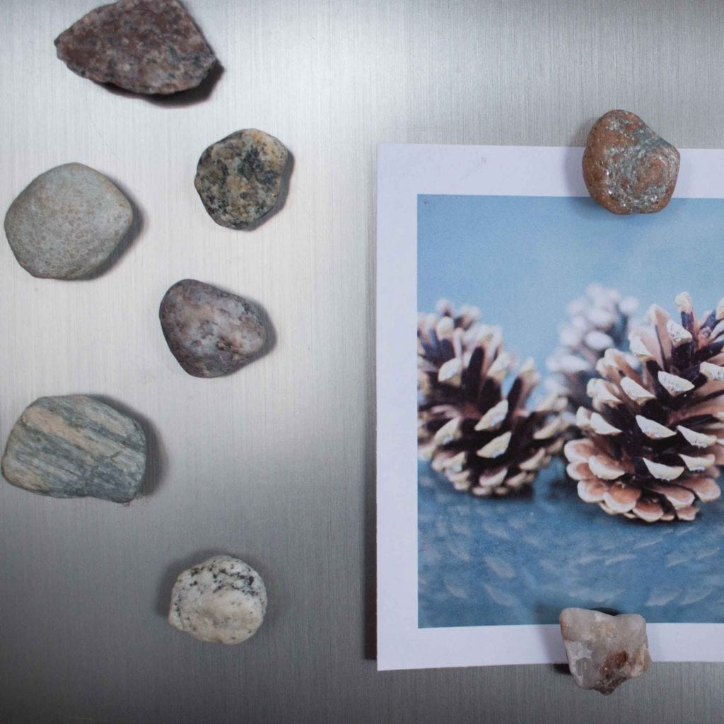 Rocks and fossils collected on the beach are simply transformed into functional, rustic and beautiful magnets for the fridge.