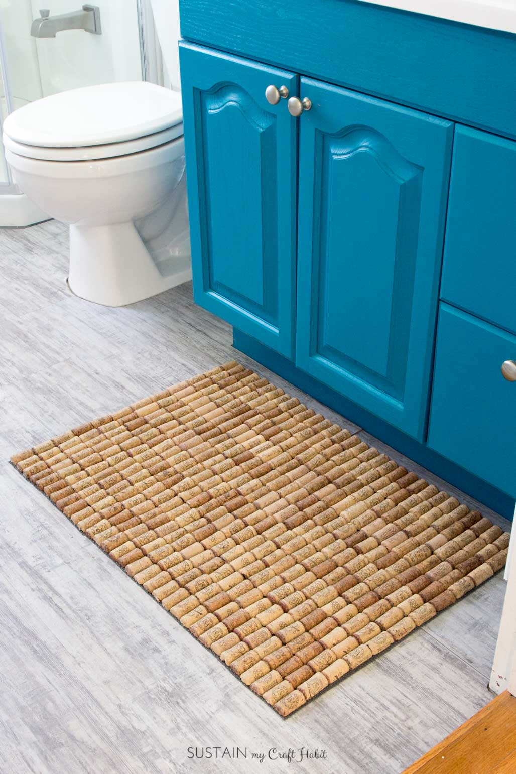 DIY wine cork bath mat. Fun upcycling project for the bathroom or kitchen.