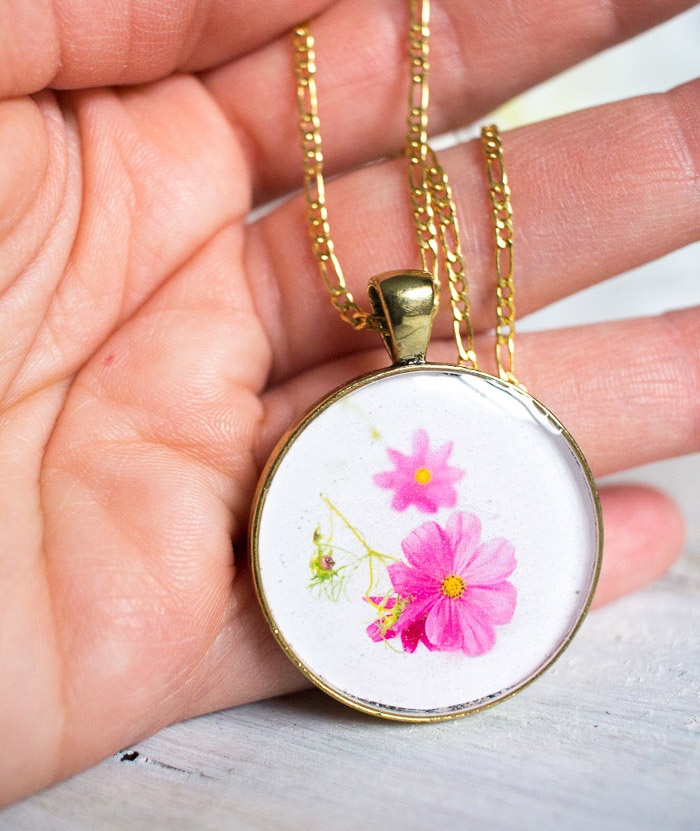 DIY Birth Month flower resin jewelry | Mother's Day gift idea resin pendant #resincrafts #resinjewelry