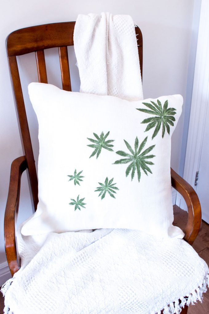 Farmhouse throw pillows | Leaf stamped throw pillows | Decorative pillow ideas #throwpillow #farmhouse