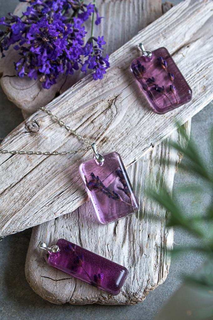 How to make resin jewelry. Step-by-step tutorial on how to make lavender flower resin pendants. Great gift idea for jewellery lovers!