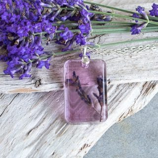 DIY lavender resin pendants. How to make resin pendants. DIY jewelry idea.