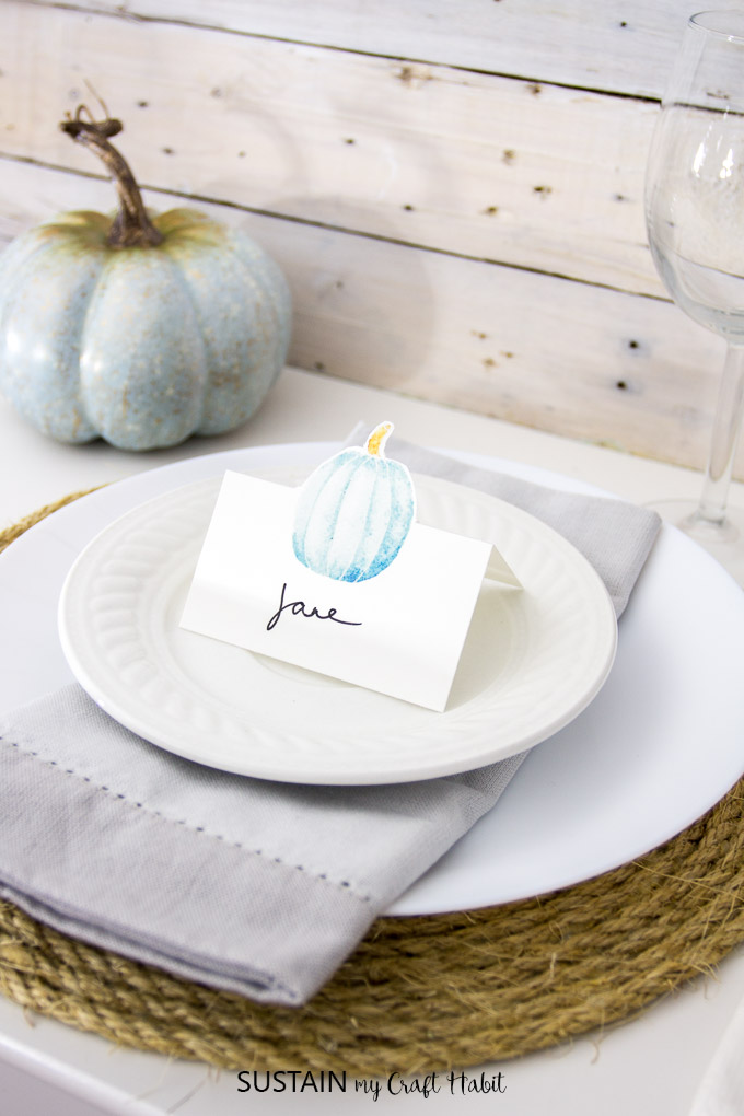 Free printable Thanksgiving place cards | Thanksgiving name cards | Watercolor pumpkins | #art #freeprintable #printable #Thanksgivingart #Thanksgivingtablescape #Thanksgivingideas #falldecor #watercolor #watercolour