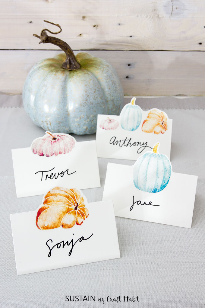 Free printable Thanksgiving place cards | Thanksgiving name cards | Watercolor pumpkins | #art #freeprintable #printable #Thanksgivingart #Thanksgivingtablescape #Thanksgivingideas #falldecor