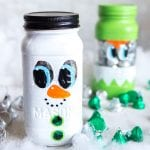 Adorable painted mason jar Christmas gift idea! Christmas mason jars gift ideas. Mason Jar snowman. #stockingstuffer #secretsanta #secretsantagiftidea #christmascrafts #masonjarcrafts