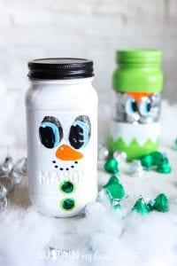 Adorable painted mason jar Christmas gift idea! Christmas mason jars gift ideas. Mason Jar snowman. #stockingstuffer #secretsanta #secretsantagiftidea #christmascrafts #masonjarcrafts