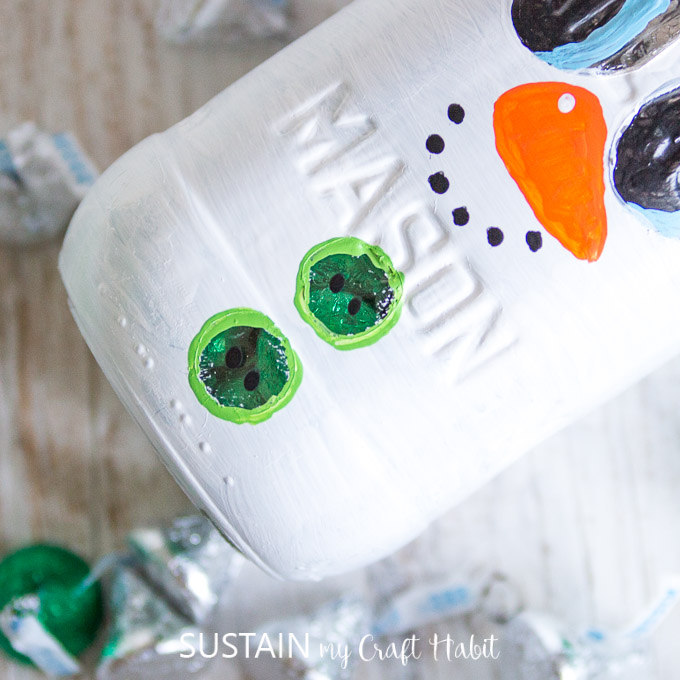 Hershey's kisses in a Mason Jar snowman #stockingstuffer #secretsanta #secretsantagiftidea #christmascrafts #masonjarcrafts