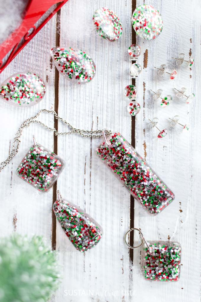 Gorgeous glittering Christmas jewelry you can make! Easy DIY resin jewelry making ideas with red, green and silver glitter | How to make Christmas earrings and necklaces #resincrafts #