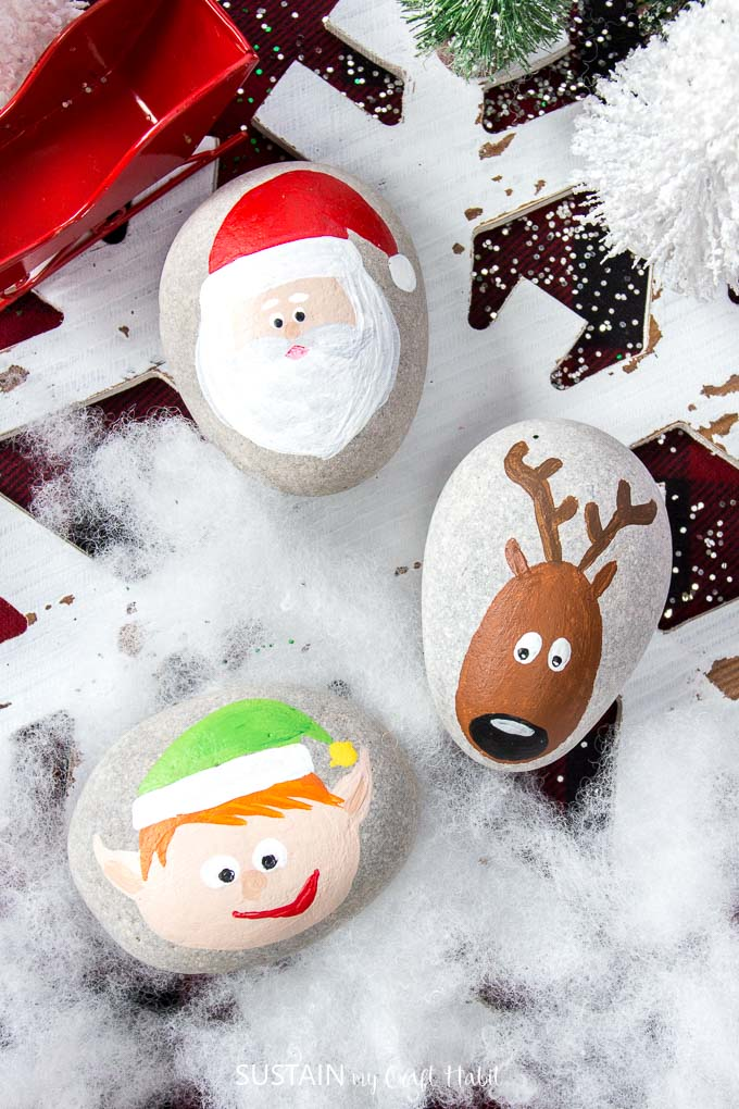 Over a dozen Christmas Rock Painting Ideas! Santa, reindeer, elf | Rock painting Christmas holidays | Canadian bloggers craft hop | #christmascrafts #rockpainting #rusticchristmas | step-by-step DIY rock painting tutorial for beginners | Festive painted beach stones
