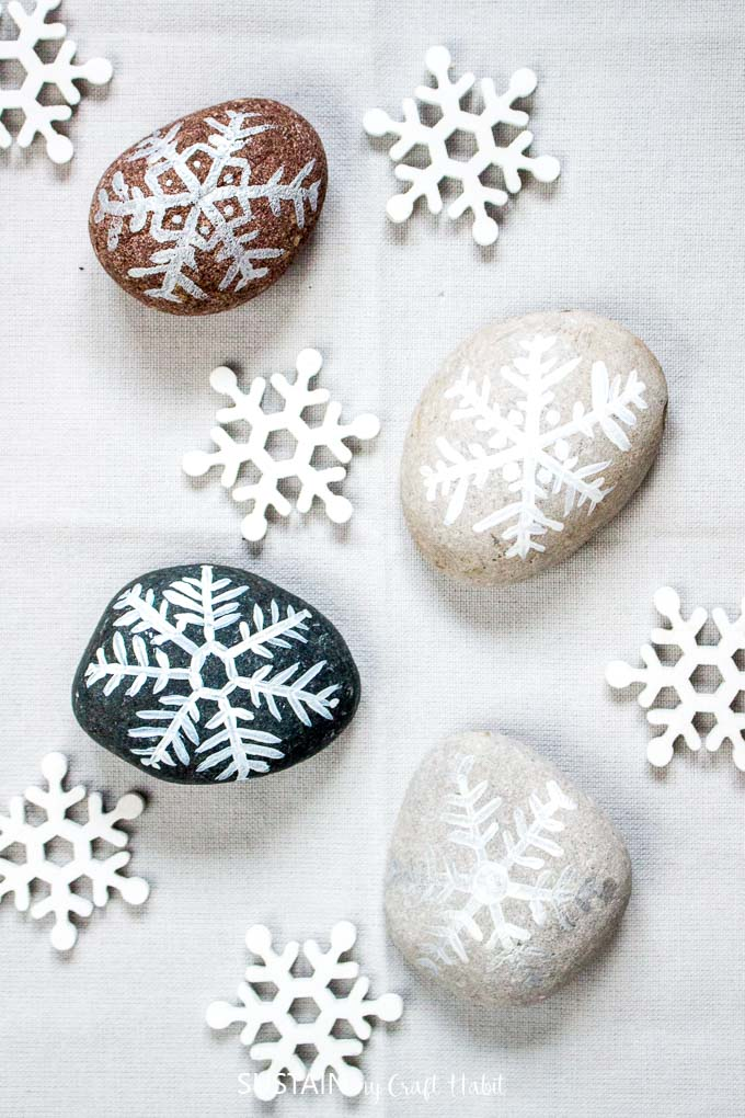 Over a dozen Christmas Rock Painting Ideas! Rock painting Christmas holidays | Canadian bloggers craft hop | #christmascrafts #rockpainting #rusticchristmas | step-by-step DIY rock painting tutorial for beginners | Festive painted beach stones | Easy painted snowflake rocks