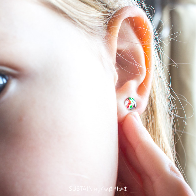 Child's resin jewelry gift idea | DIY resin earring studs tutorial | Christmas earrings and necklaces | DIY holiday jewelry making ideas #resincrafts #resincraftsblog #resinjewelry
