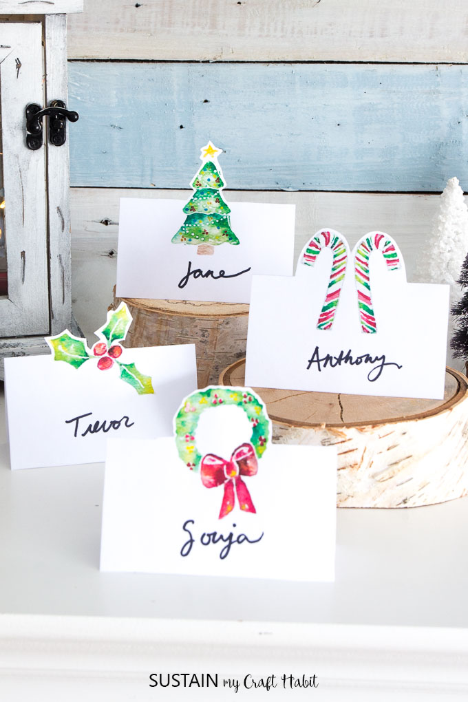 So pretty! Free printable Christmas place cards in red and green.