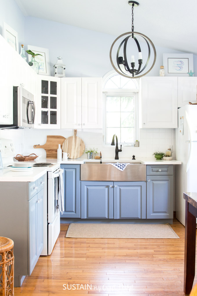 A coastal cottage kitchen filled with lake house decorating ideas