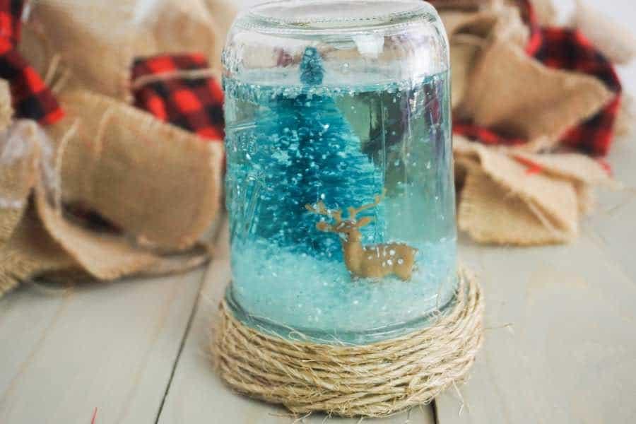Mason jar Christmas crafts snow globe.