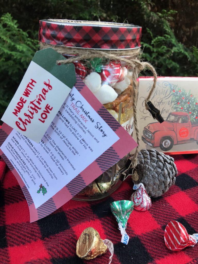 mason jar Christmas craft trail mix.