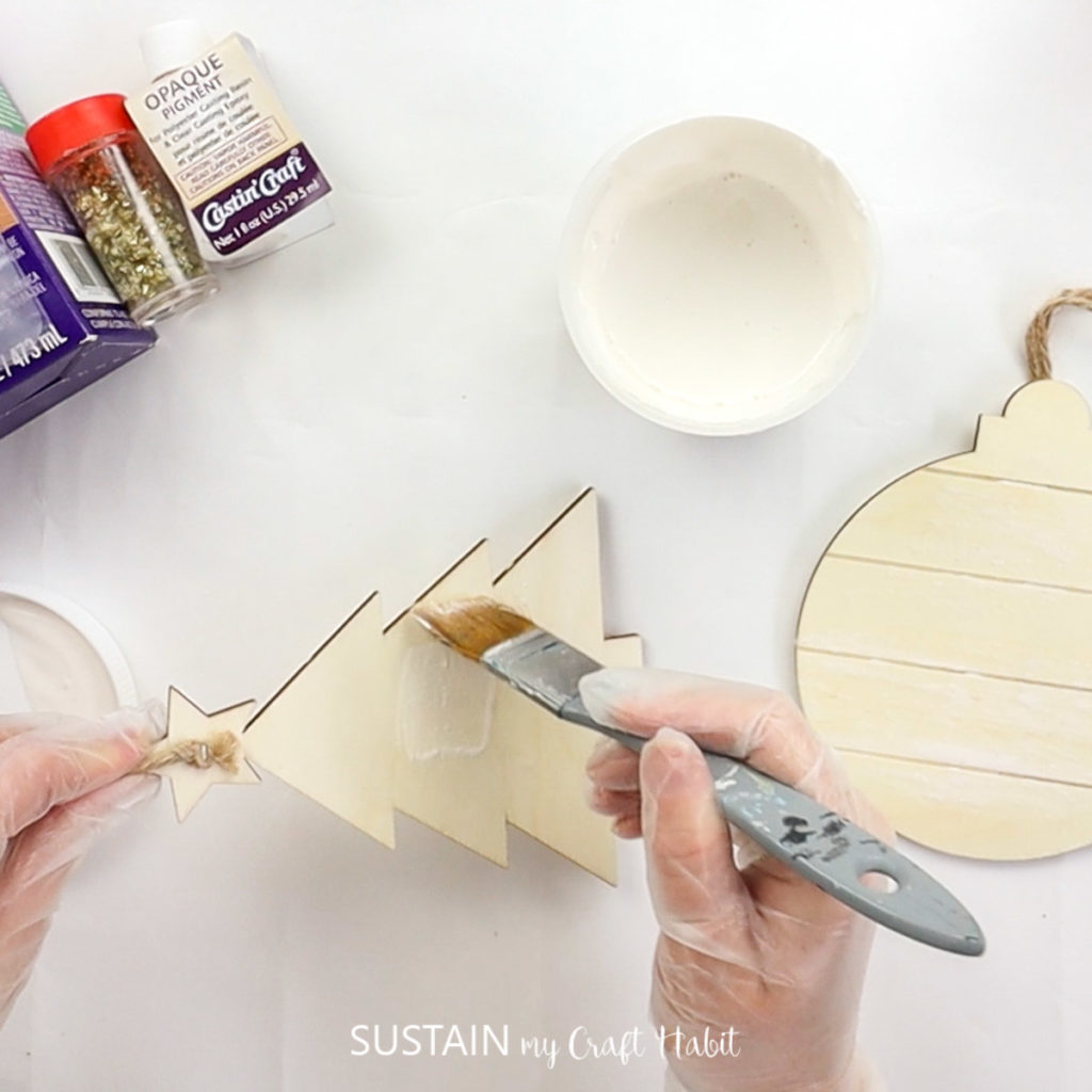 With rich colour gradients intensified by resin, swirls of white and pearl pigments and reflective gold flakes, these DIY poured-resin Christmas ornaments are sure to delight any recipient on your gift list. Includes a Christmas tree and ornament with step-by-step photo tutorial.