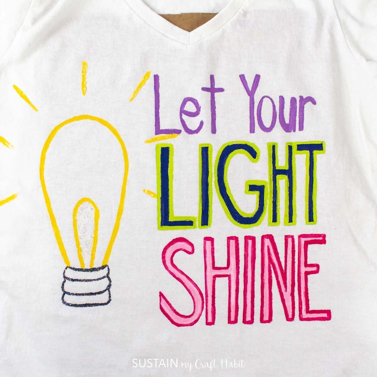 Painting rays of light around the light bulb.